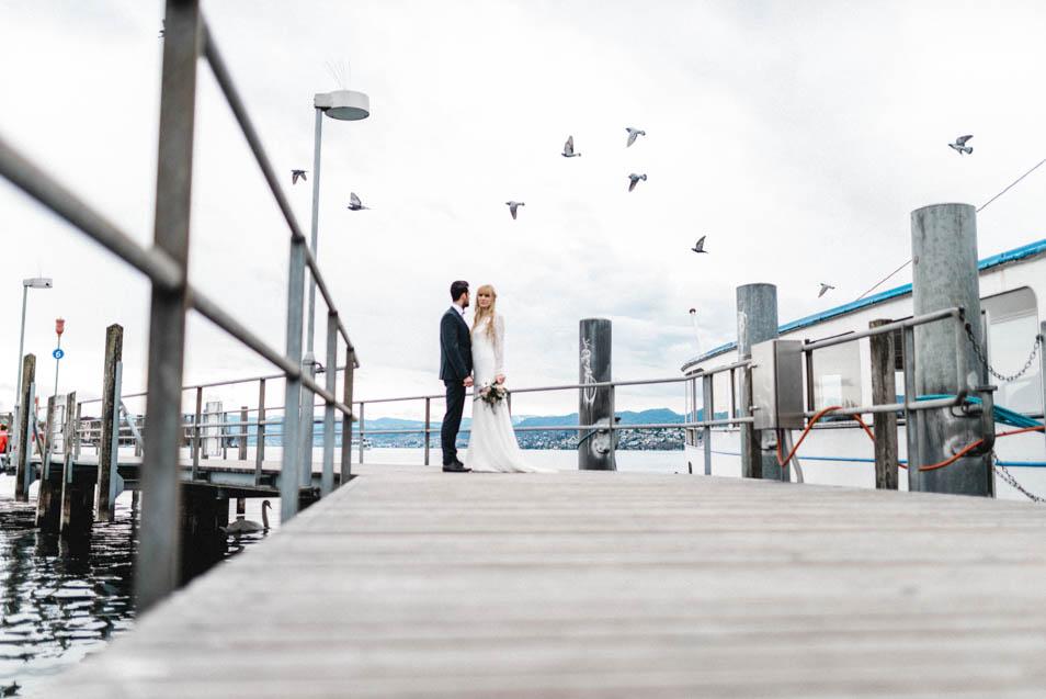 Möwen am Steg hinter dem Brautpaar in Zürich