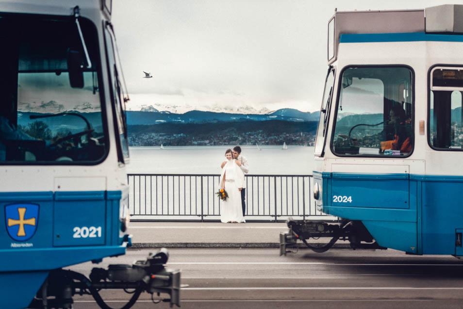 Straßenbahn und Brautkleid in Zürich