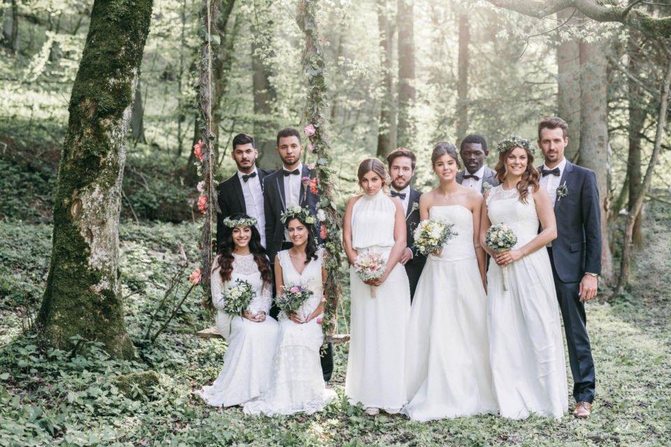 Fünf Boho Brautpaare nebeneinander im Wald