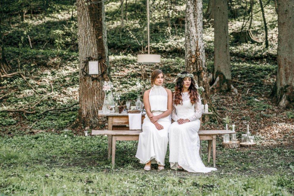 Zwei Boho Bräute sitzen am Tisch