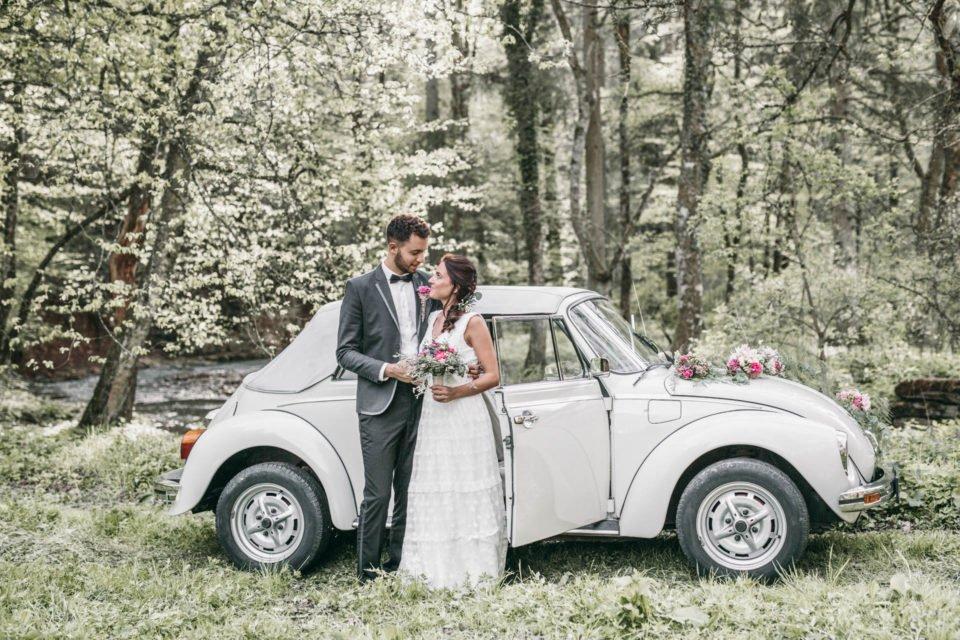 Brautpaar vor VW Käfer