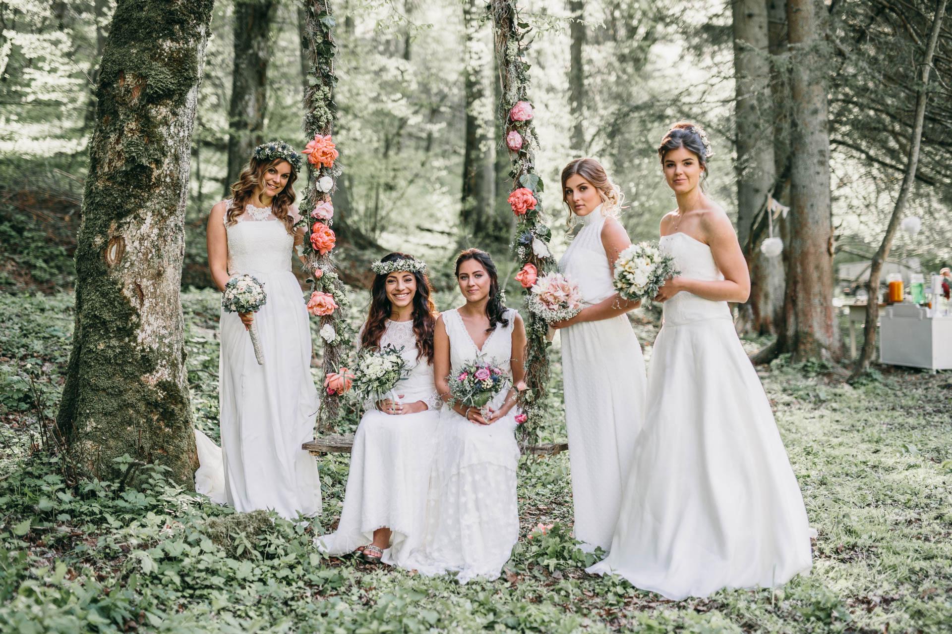 Fünf Boho Bräute im Wald