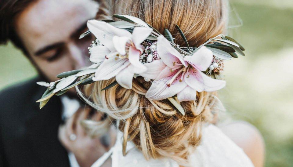 schöne Blumen im Haar der Braut