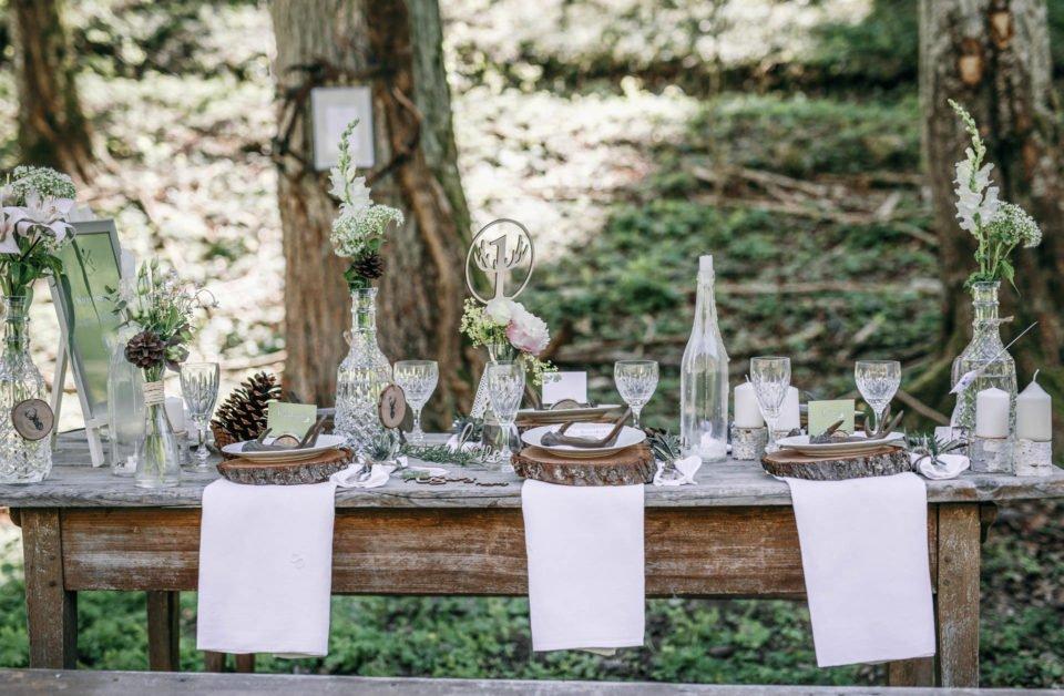 Natürliche Boho Deko auf Tisch im Wald