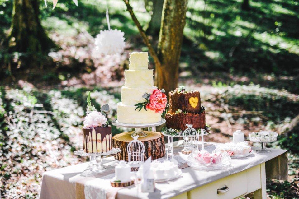 Drei Hochzeitstorten auf Sweet Table
