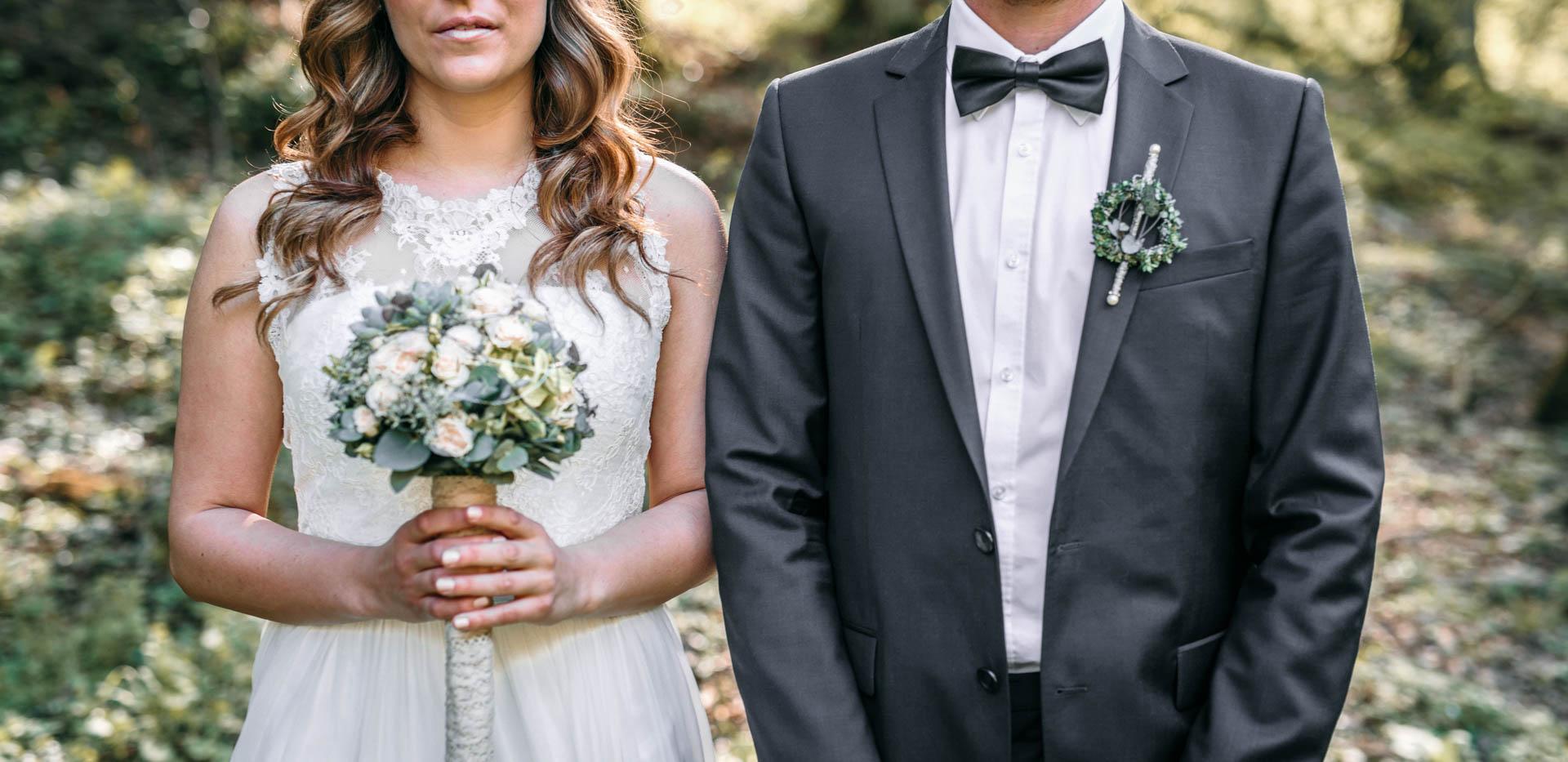 Brautstrauß in den Händen der Boho Braut