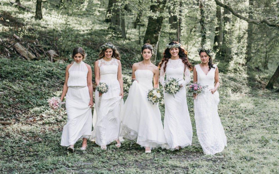 Fünf Bräute in Boho Brautkleidern im Wald