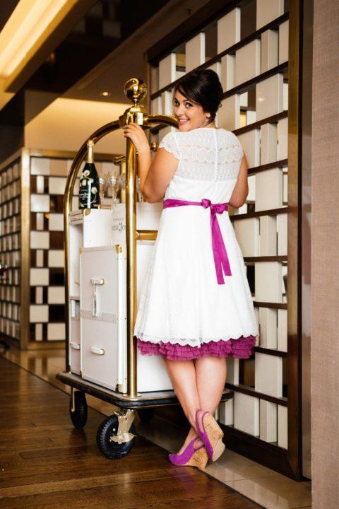 c0a70e045d1a81 Eine spitzenmäßige Verstärkung für unsere kurzen Brautkleider in großen  Grössen: das 50er Jahre Brautkleid Bibi. Mit transparenter Schulterpartie  und ...