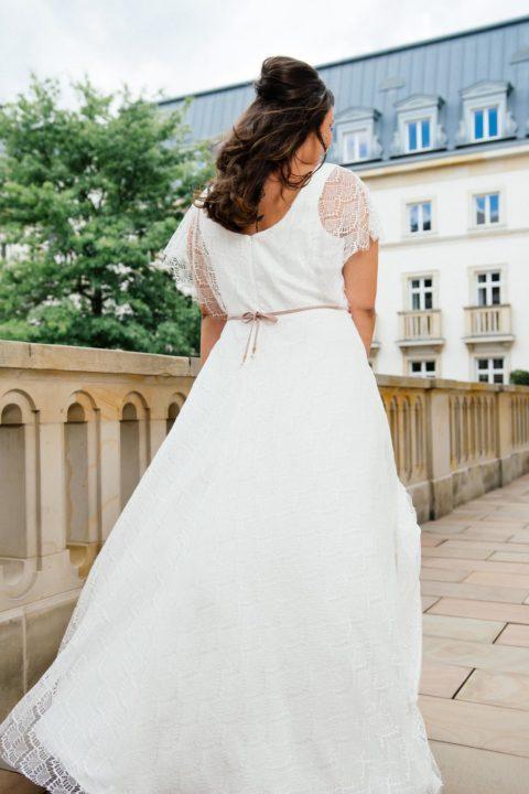 bf34f667d031b2 Da A-Linien Kleider optisch leicht einige Pfunde kaschieren, kommt unser  letztes langes Brautkleid in großer Größe mit einer schönen A-Form auf den  ...