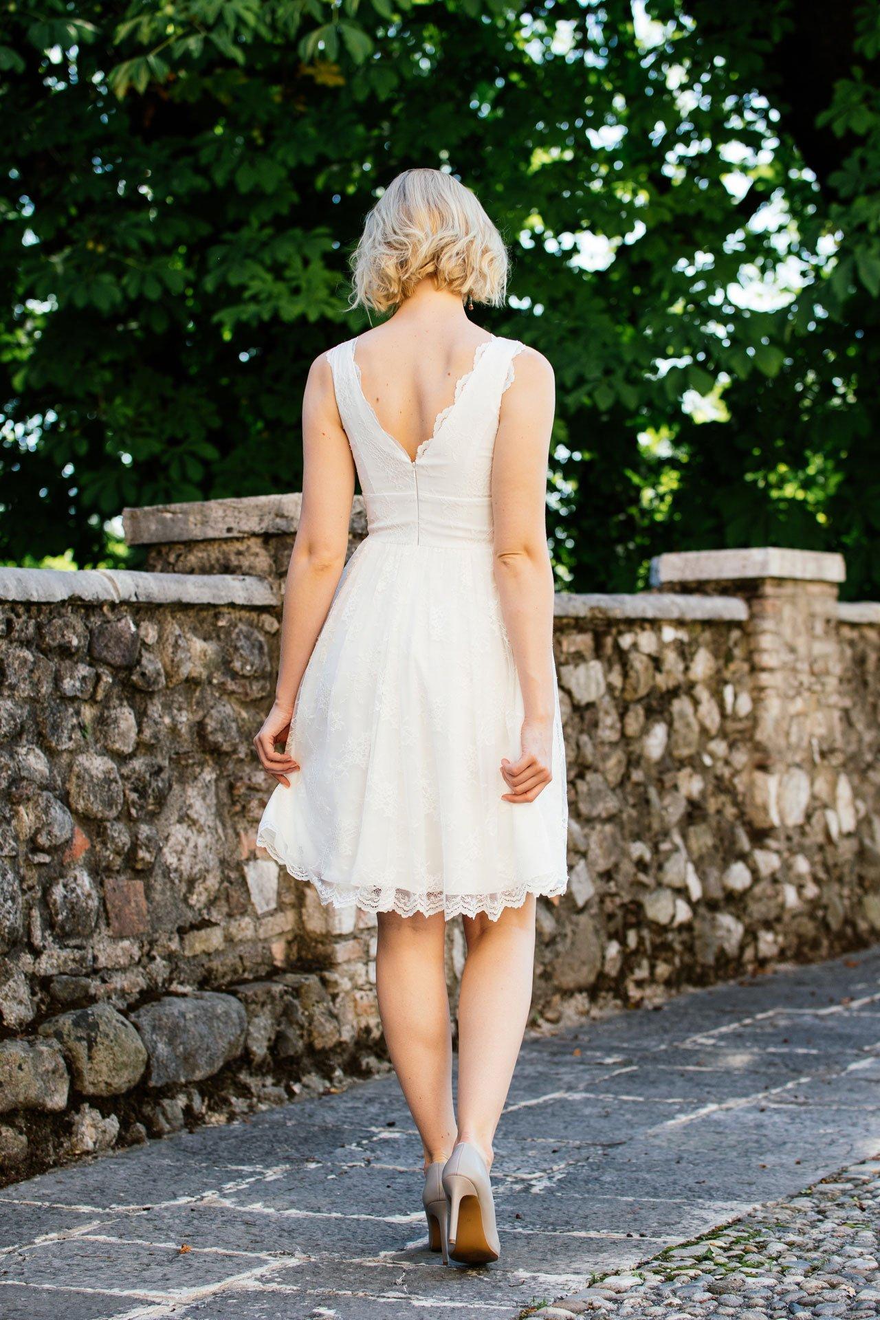Brautkleid knielang aus wunderschöner Spitze mit doppeltem V-Ausschnitt