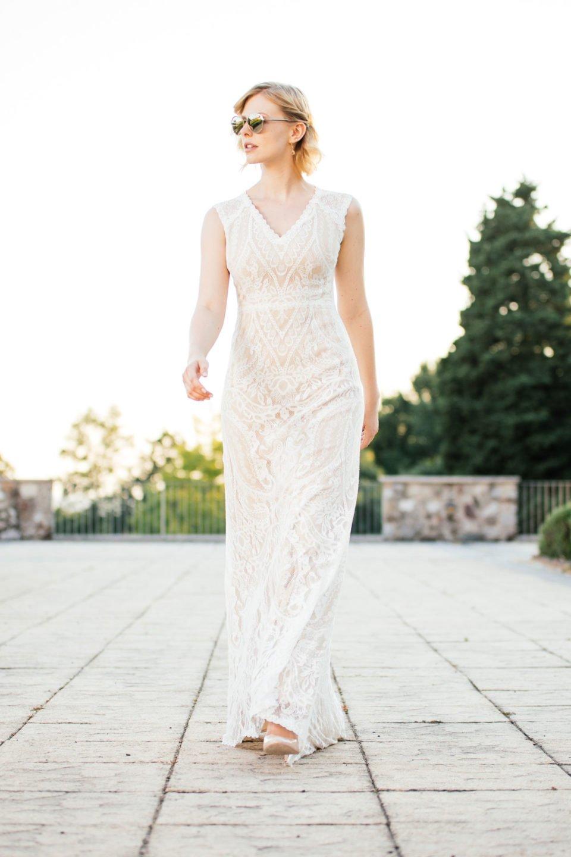 Brautkleid Liv pur mit Sonnenbrille