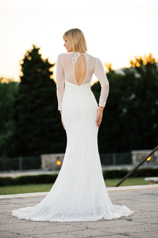 Brautkleid mit Ärmeln und außergewöhnlichem Rücken figurbetont