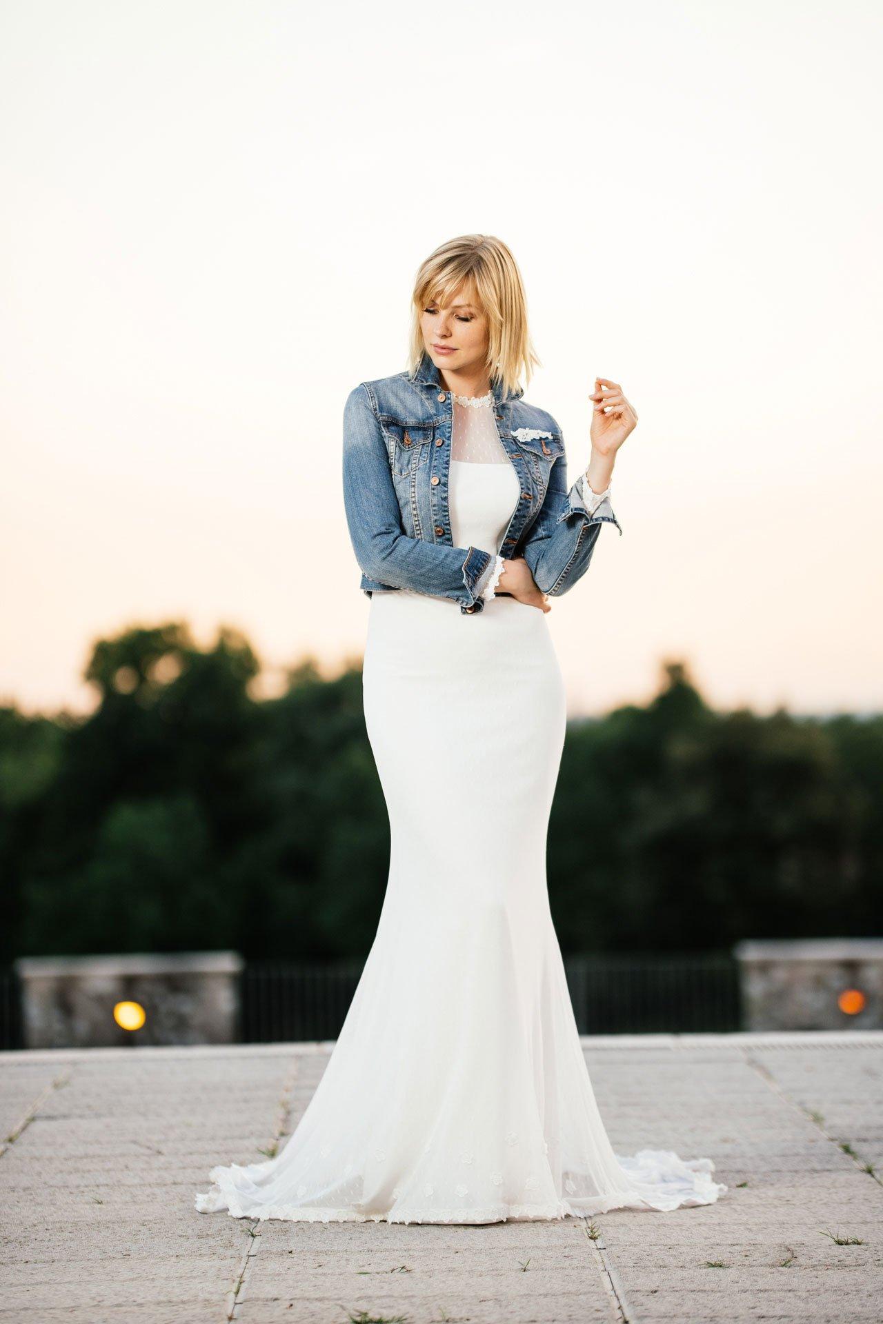 Brautkleid mit Ärmeln kombiniert mit Jeansjacke