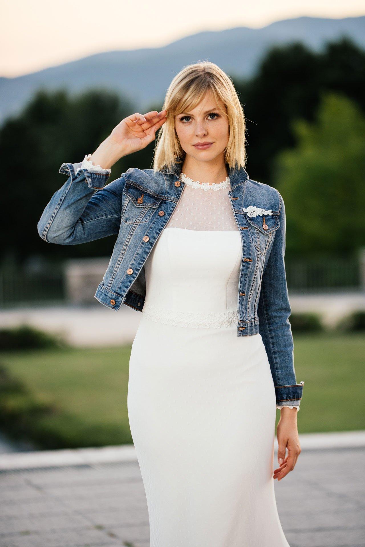 Brautkleid kombiniert mit toller Jeansjacke