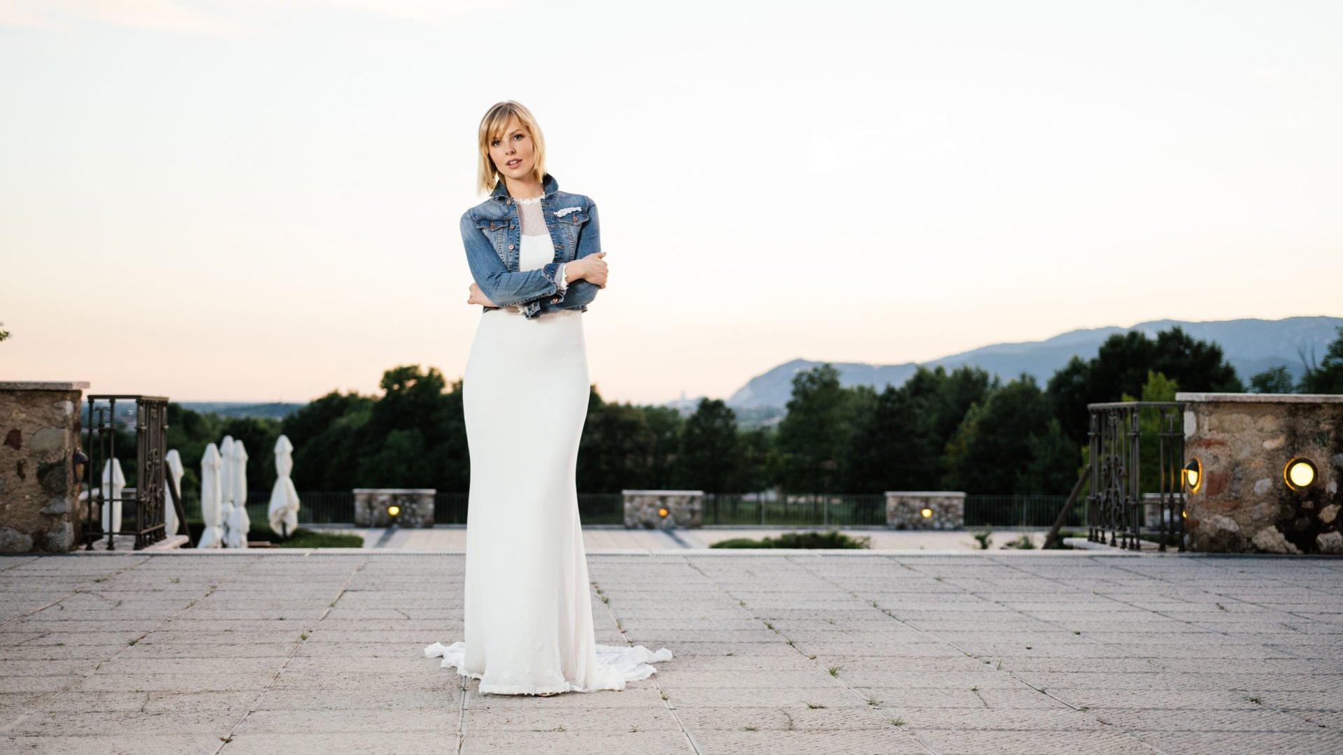 Brautkleid mit Ärmeln und außergewöhnlichem Rücken und Jeansjacke