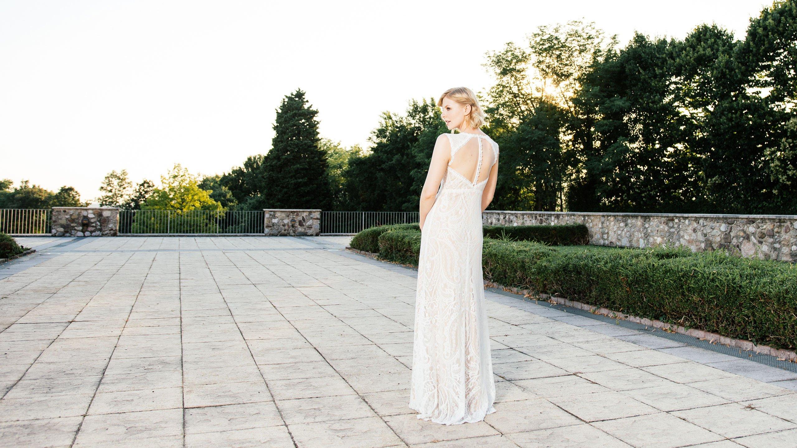 Brautkleid Nude – schmales Spitzenkleid mit atemberaubender Tüllrücken