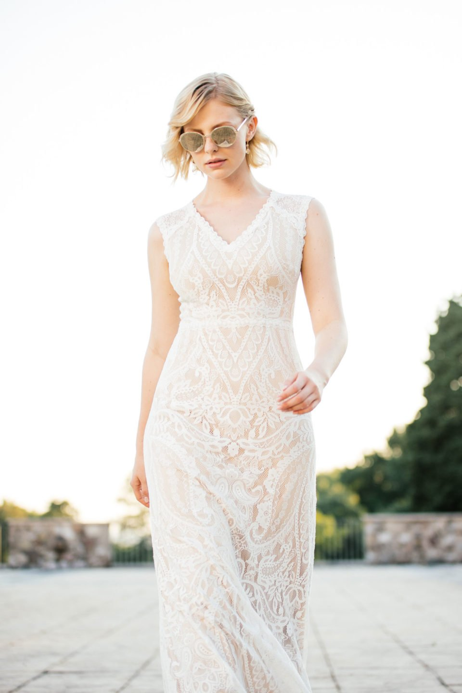 Brautkleid Nude mit Sonnenbrille