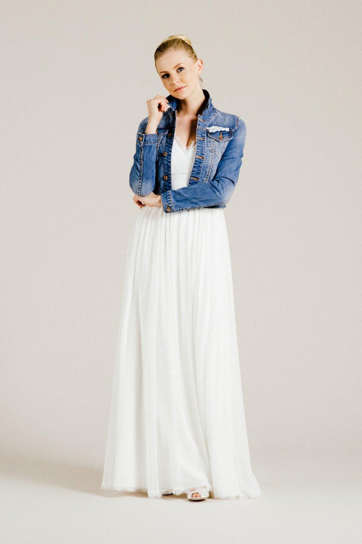 Brautkleid aus Seide mit Jeansjacke