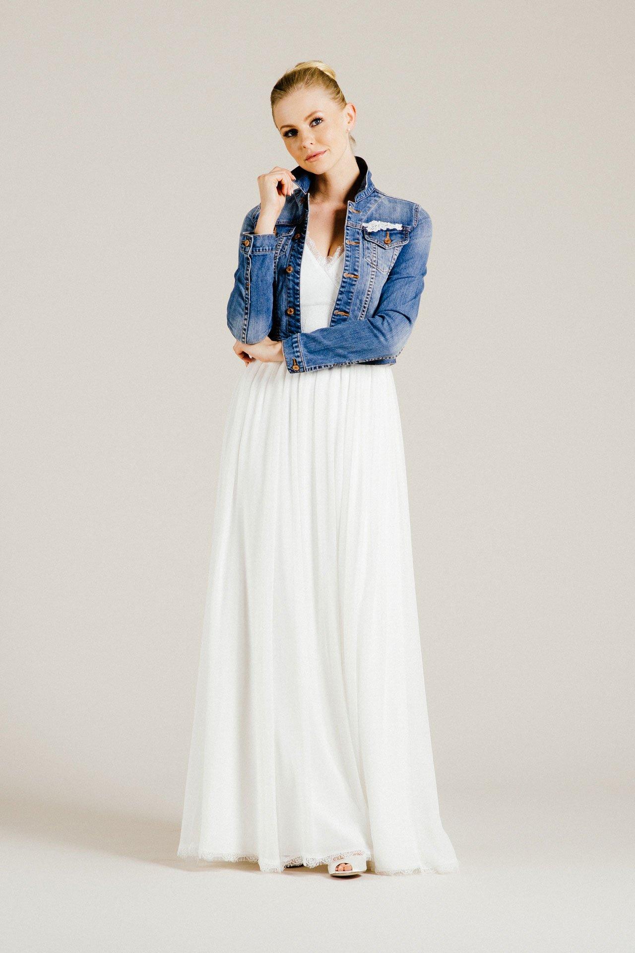 buy online 37713 2c998 Brautkleid Seide mit V-Ausschnitt und Spitzendetails – zart ...