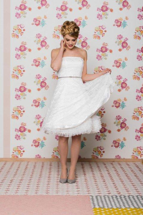 kurzes Spitzenkleid mit Petticoat