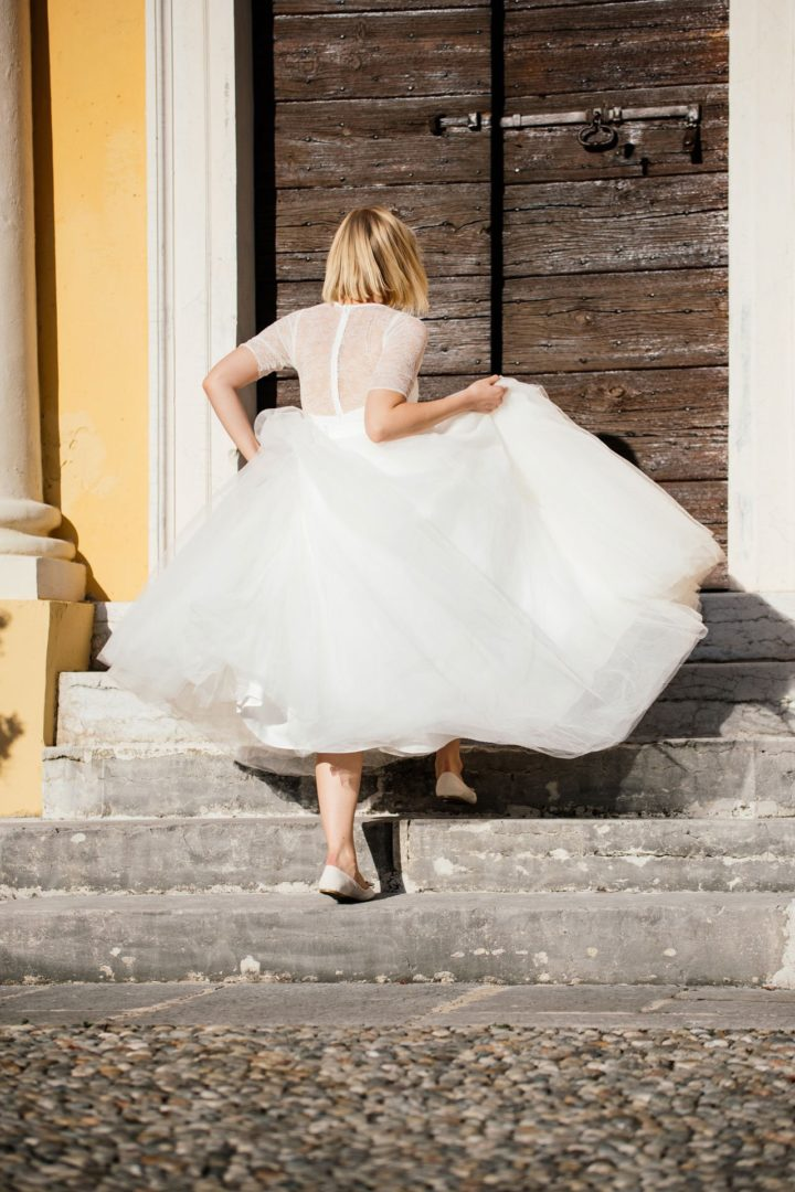langer Brautrock aus Tüll über kurzem Brautkleid