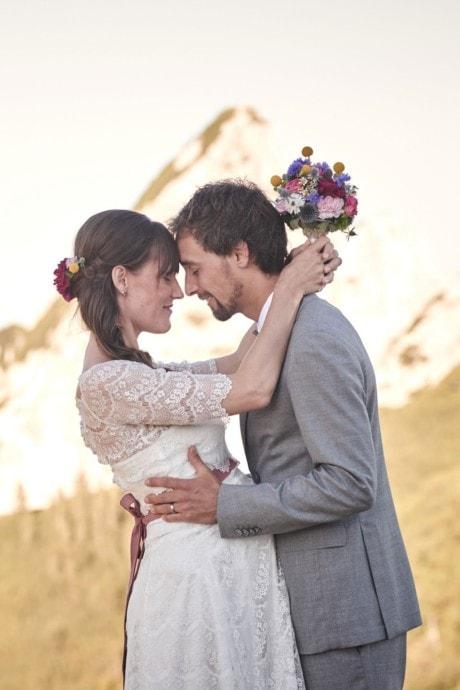 Schwanger heiraten – mit Babybauch im kurzen Brautkleid