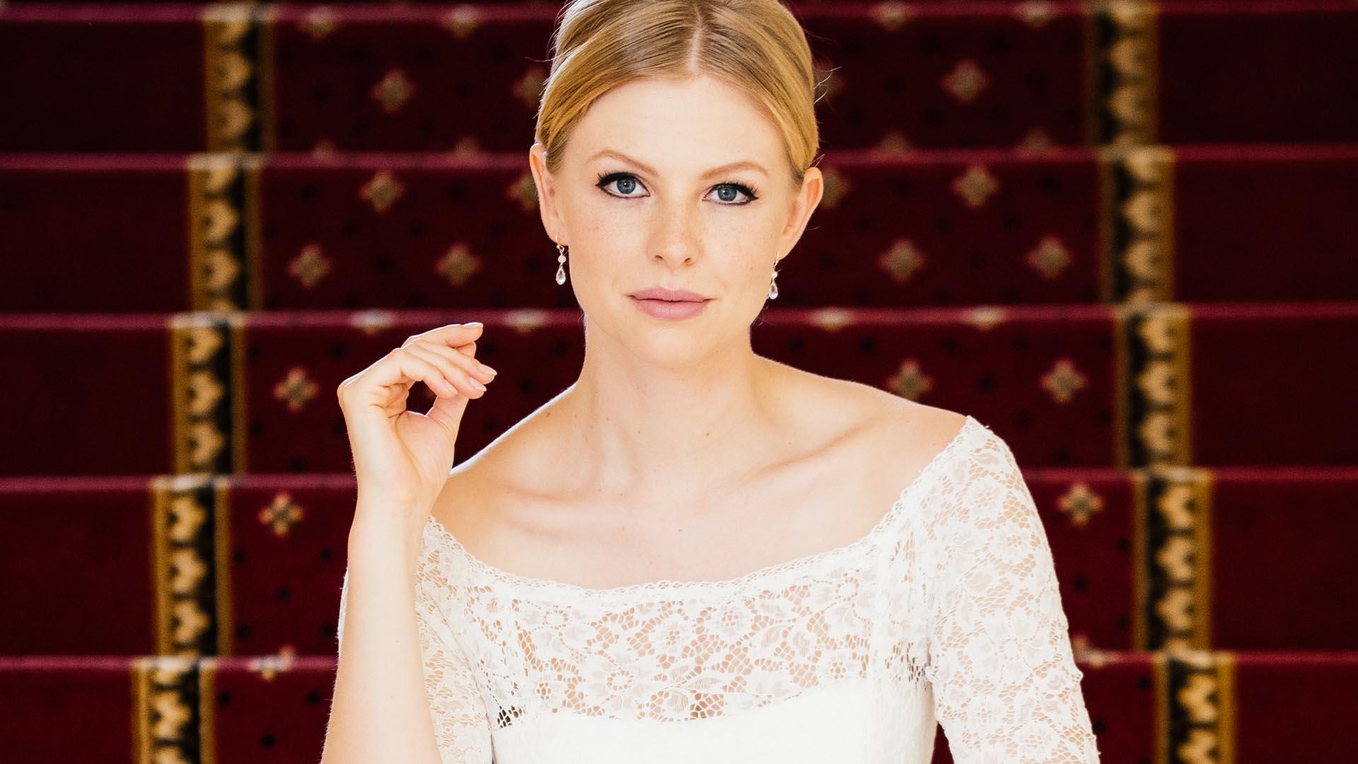 Brautkleid mit Spitzenärmel mit Ohrringen
