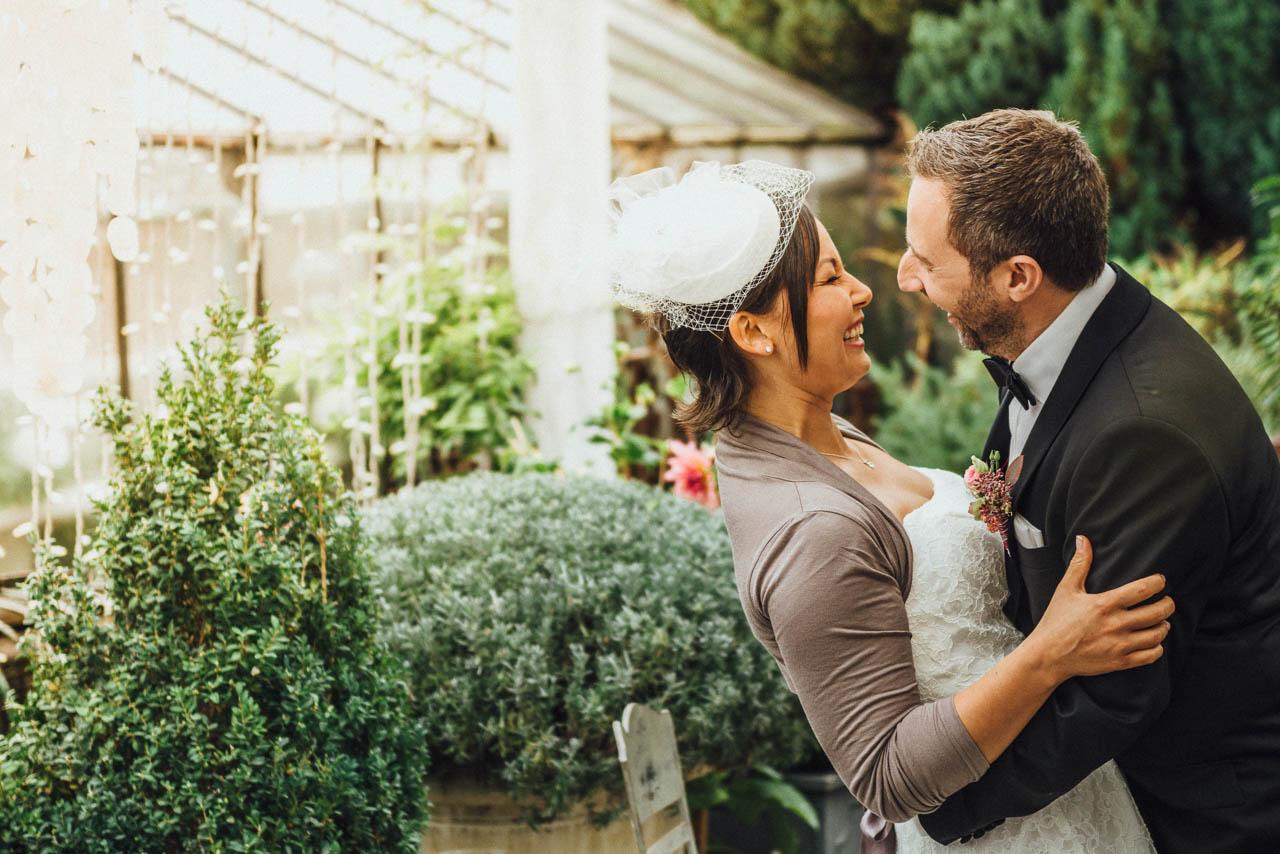 Lachendes Brautpaar bei der Herbsthochzeit