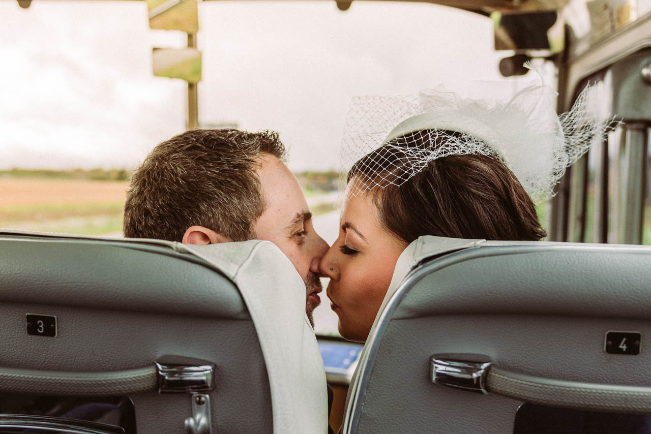 Küssendes Brautpaar im Bus