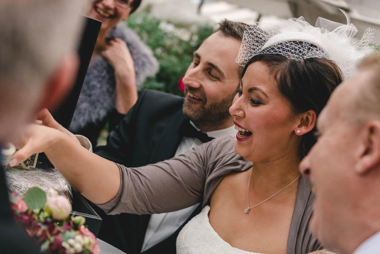 Strahlendes Brautpaar beim Geschenke auspacken