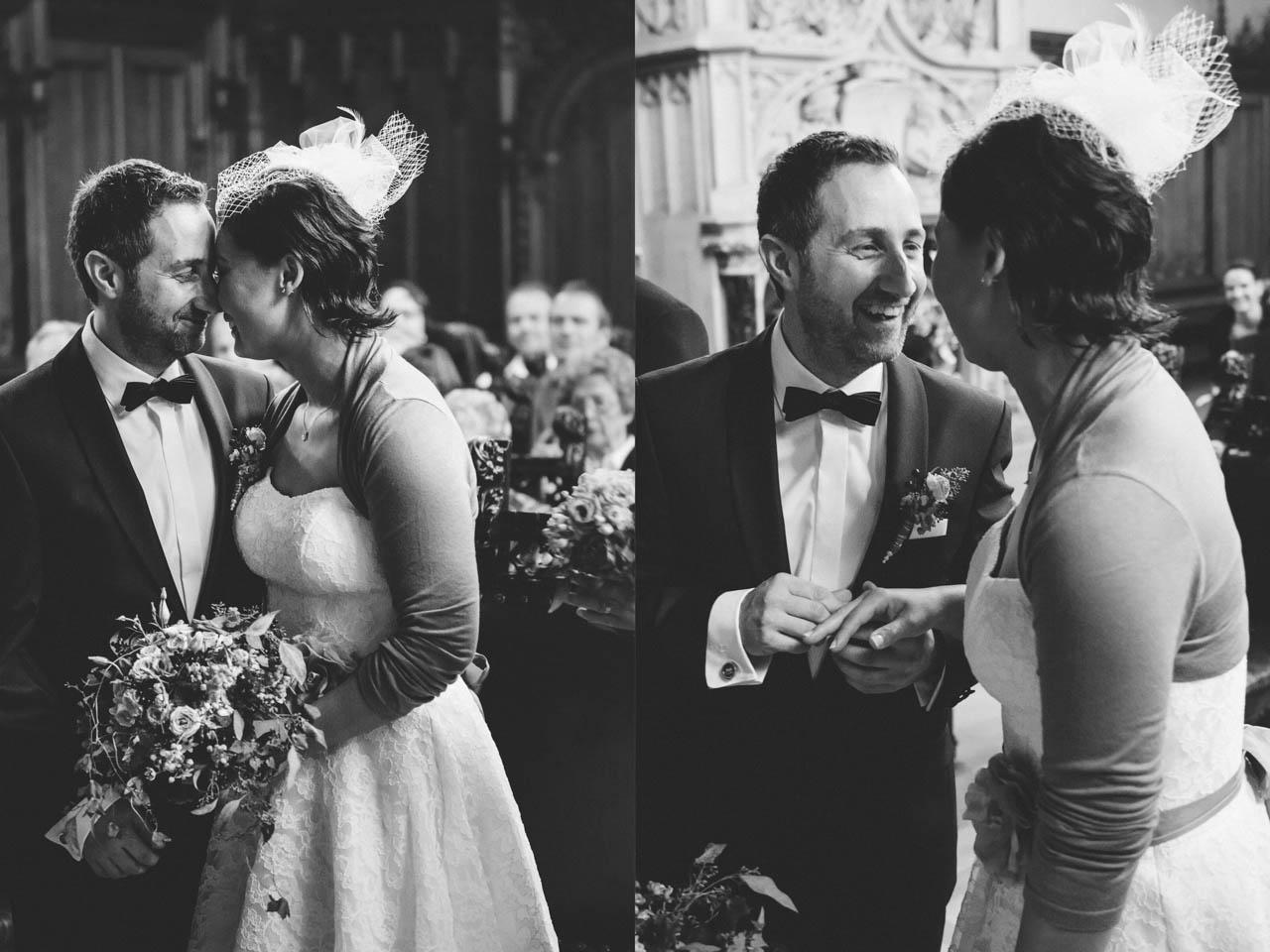 Trauungszeremonie bei der Herbsthochzeit mit lachendem Brautpaar