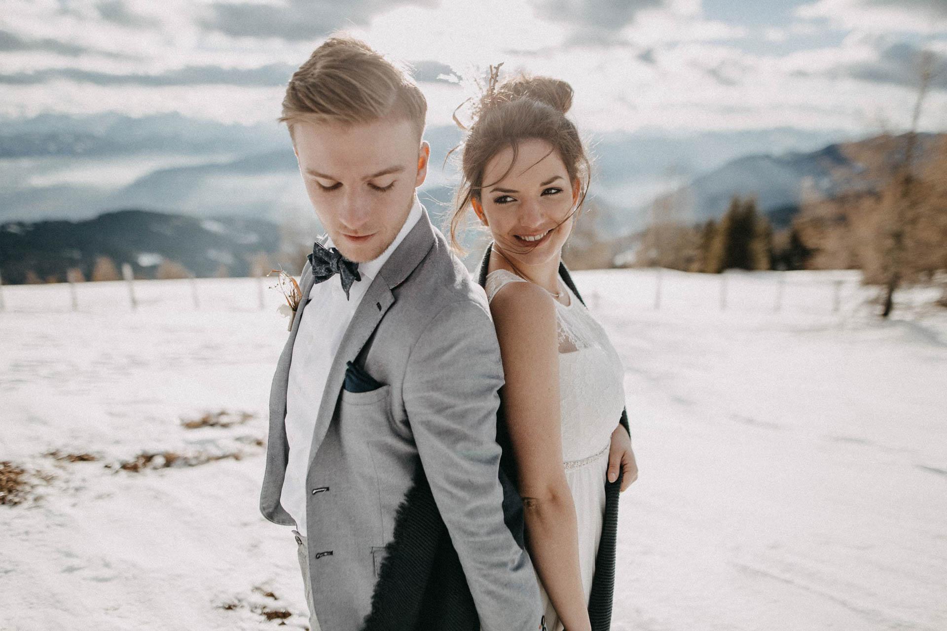 glückliches Brautpaar im Winter