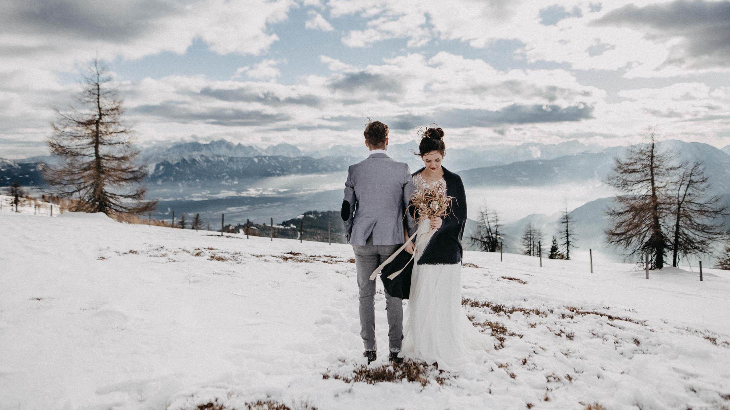 Brautkleid Winter Berge und Romantik – ein verliebtes Paar im Schnee