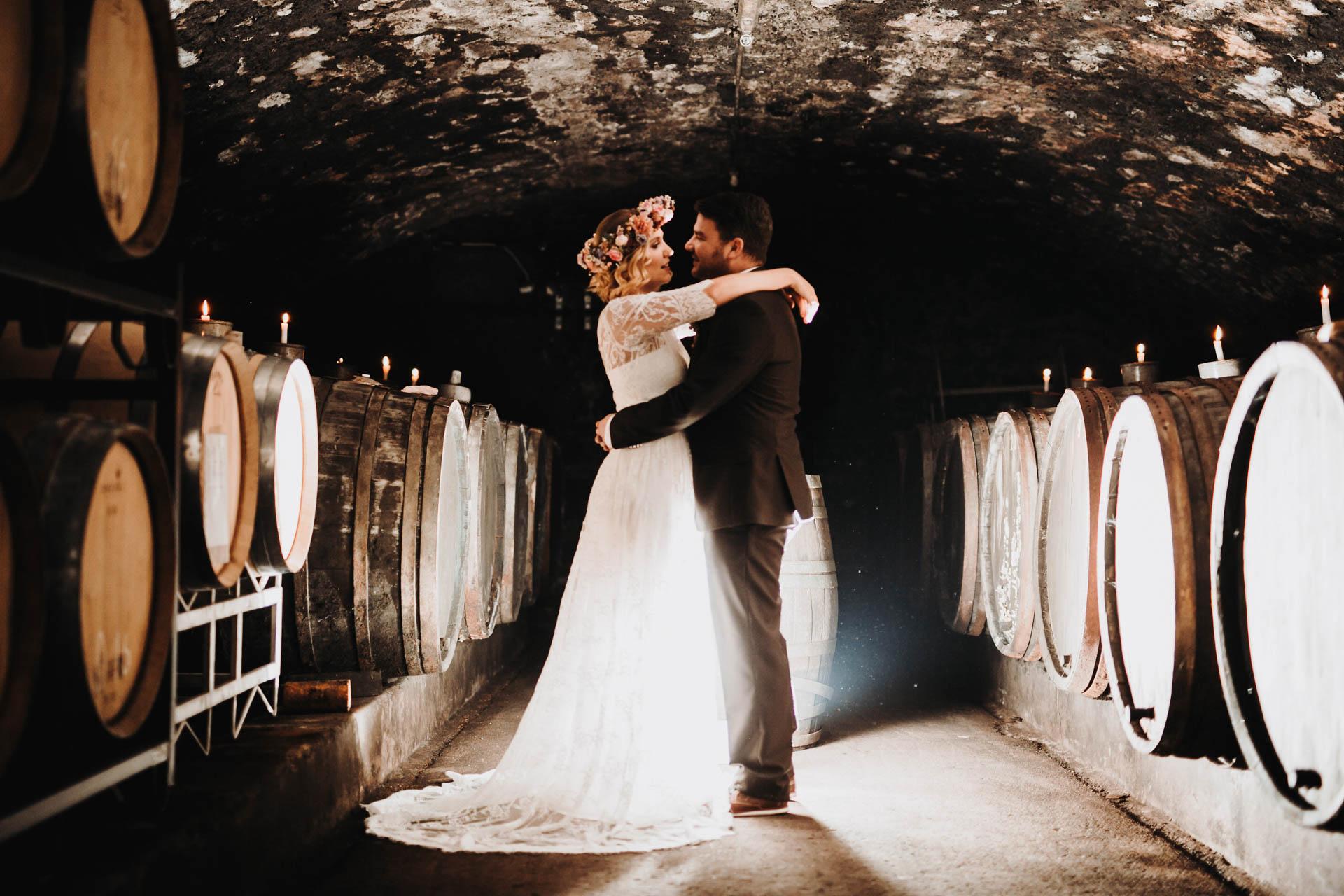 Brautpaarshooting im Weinkeller