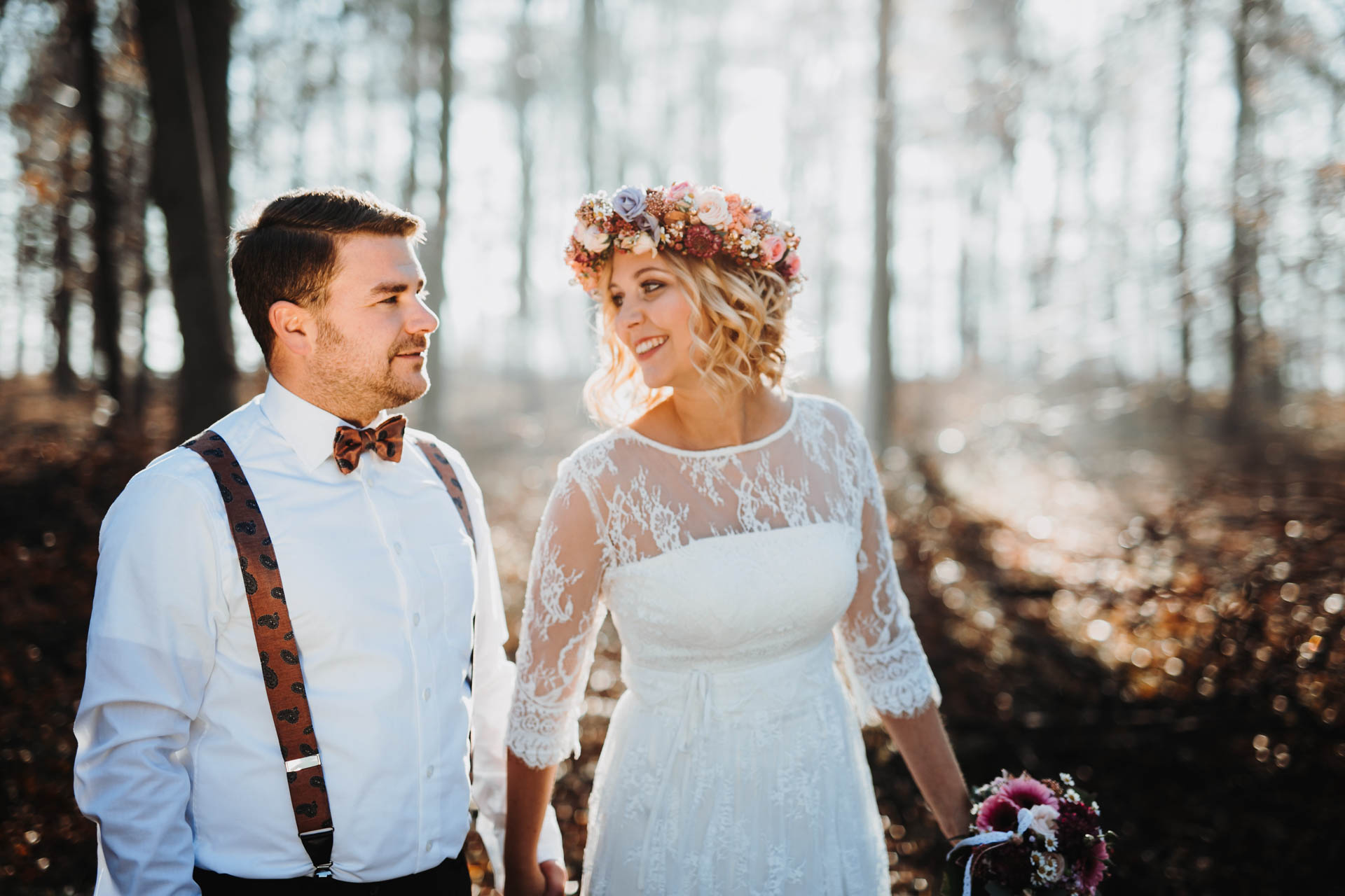 Strahlendes Brautpaar im Wald