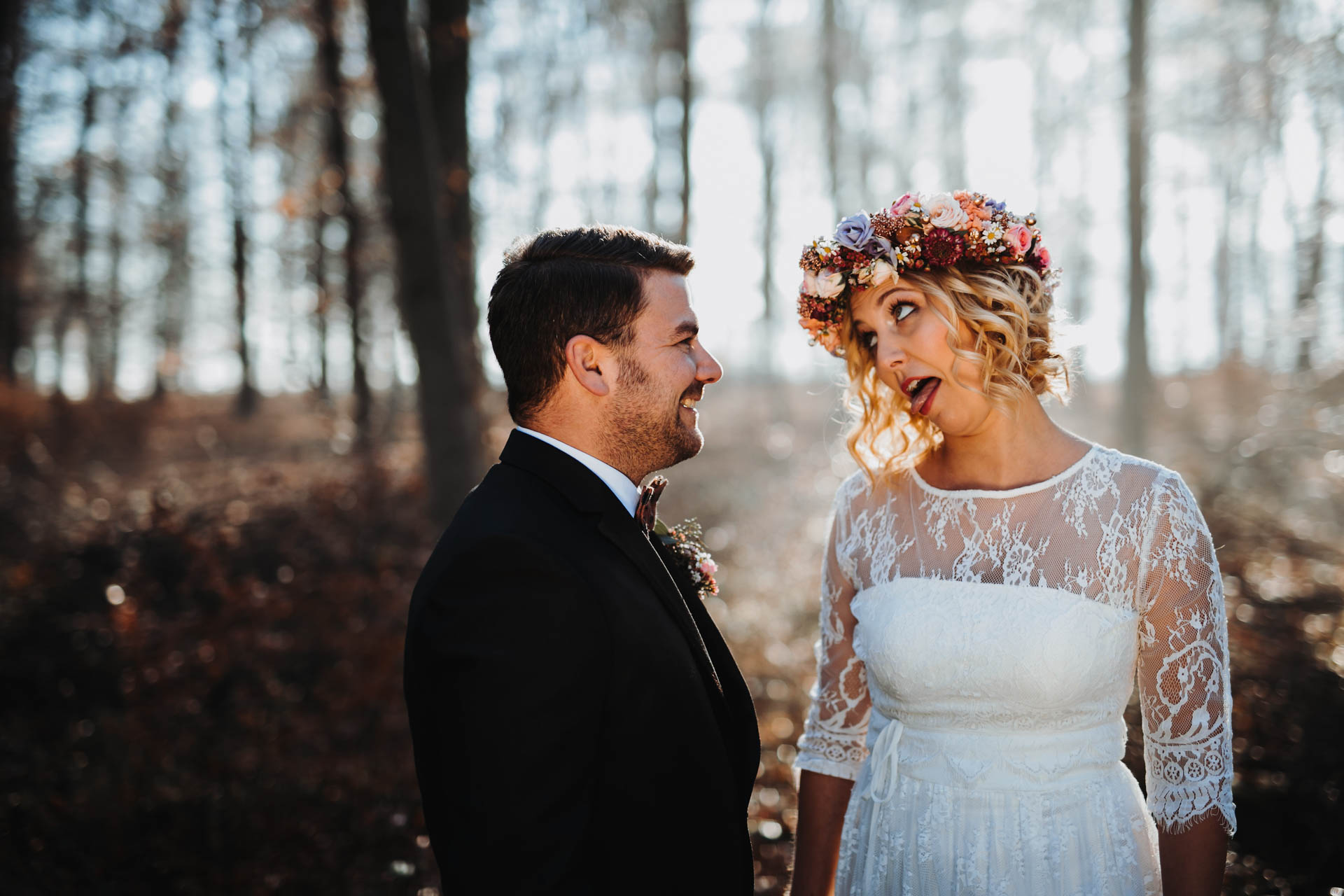Lachendes Paar beim Brautpaarshooting