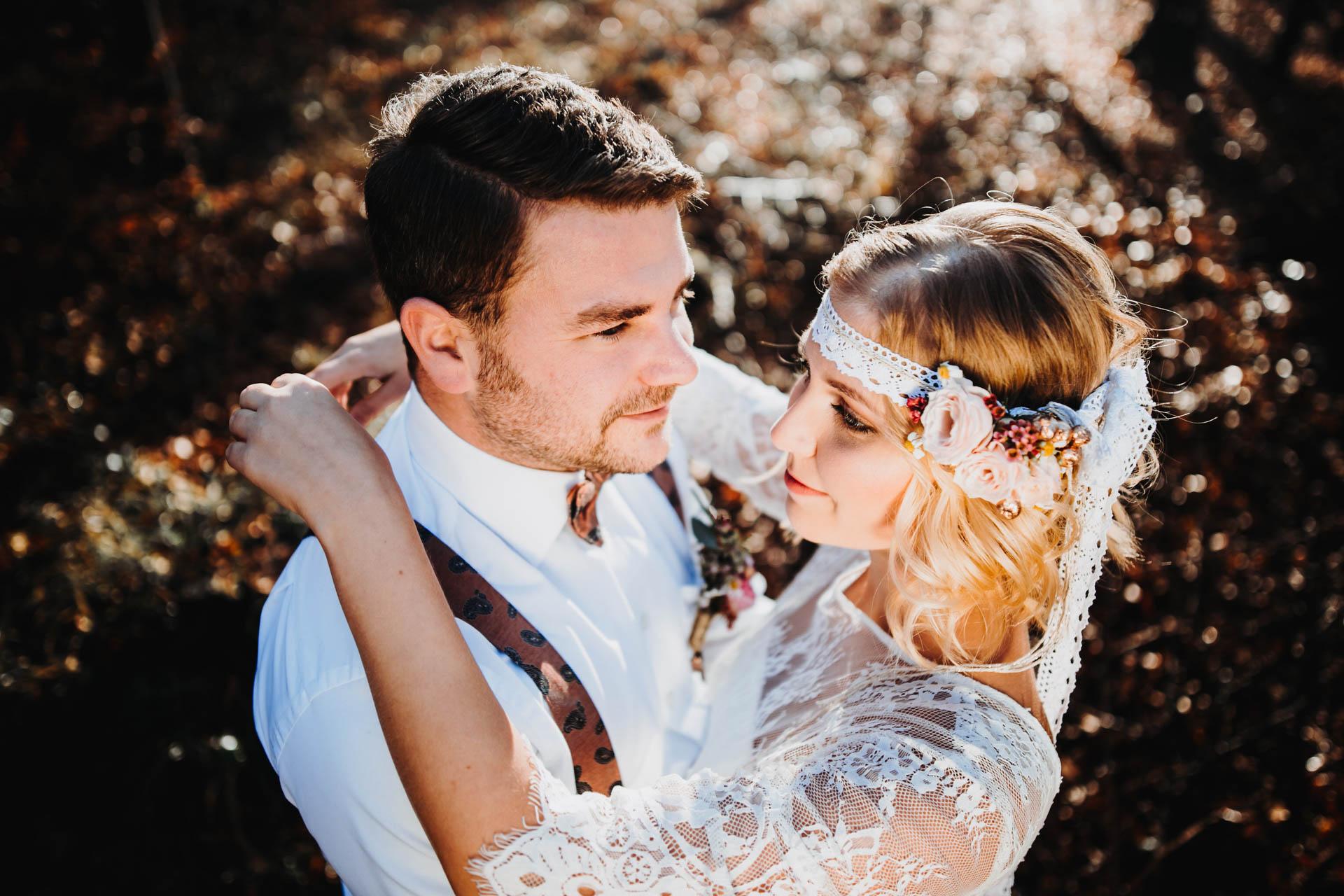 Verliebtes Boho Brautpaar