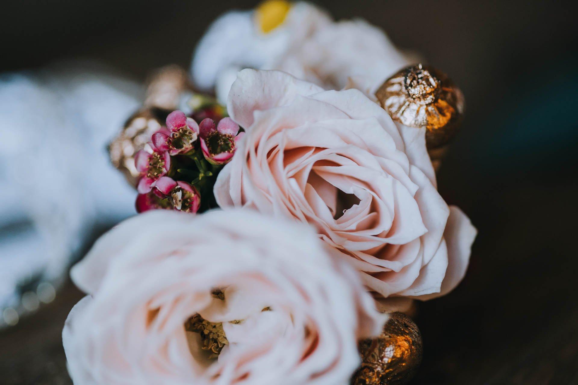Schmuck und Blumen zum Brautpaarshooting