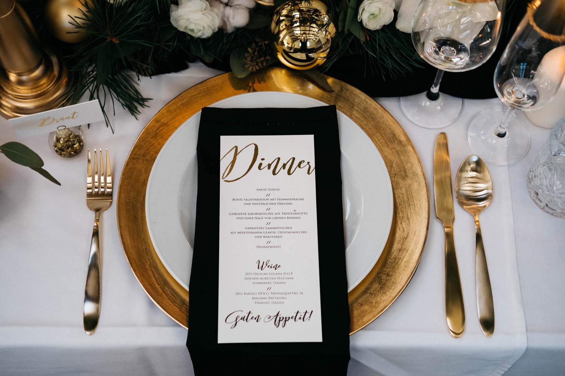 Goldene Dinnerkarten auf goldenem Teller