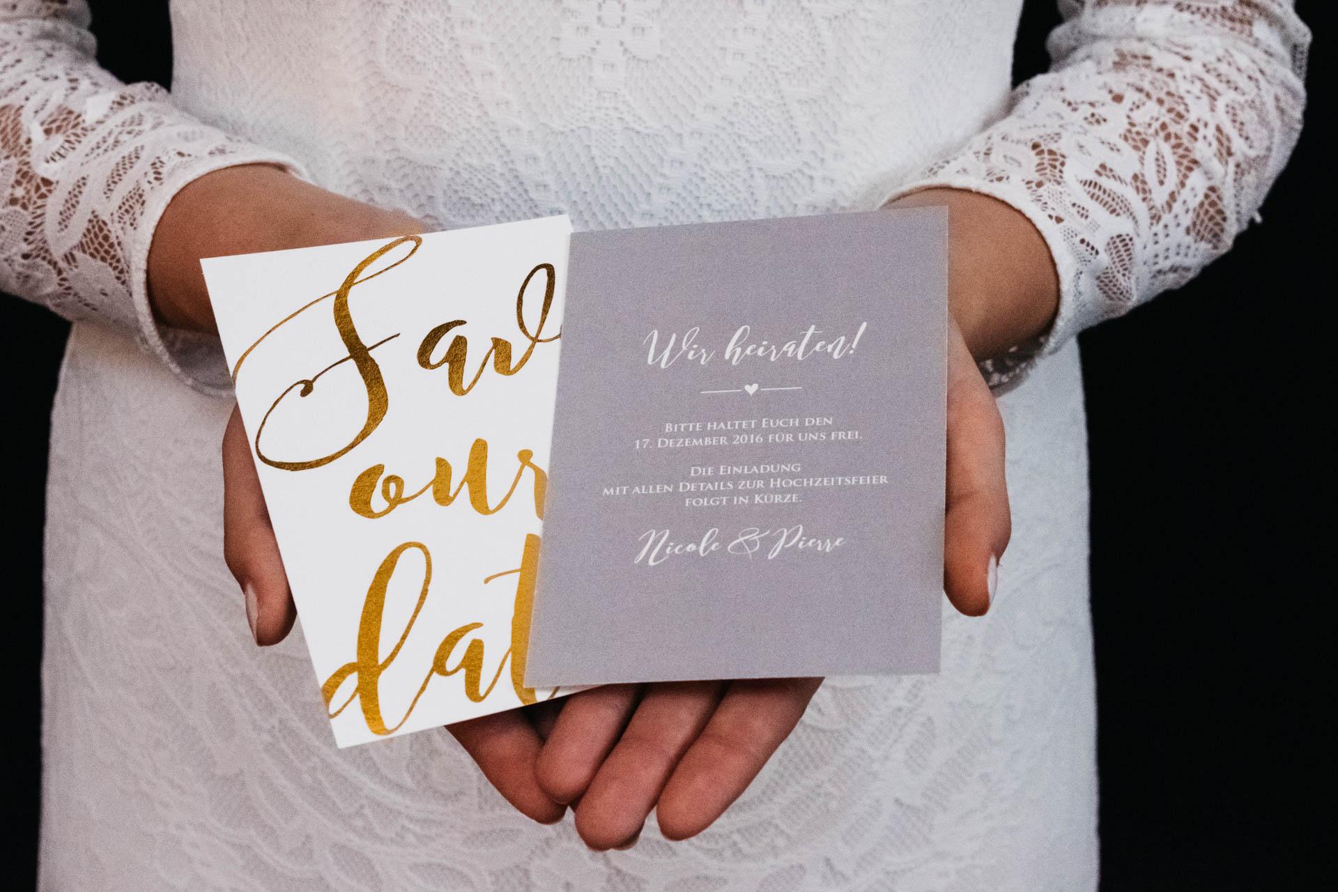 Brautkleiddetaisl und Save the date Karten