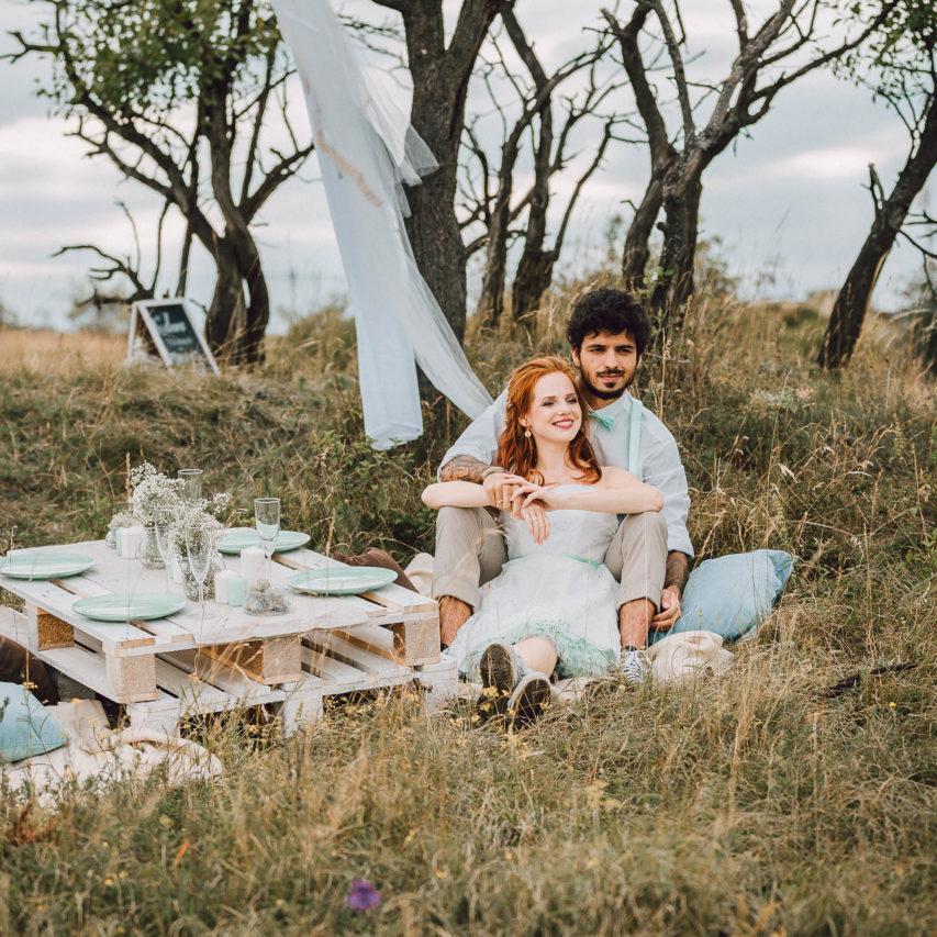 Brautkleid mit Chucks zur Hipster Hochzeit DIY-Inspiration