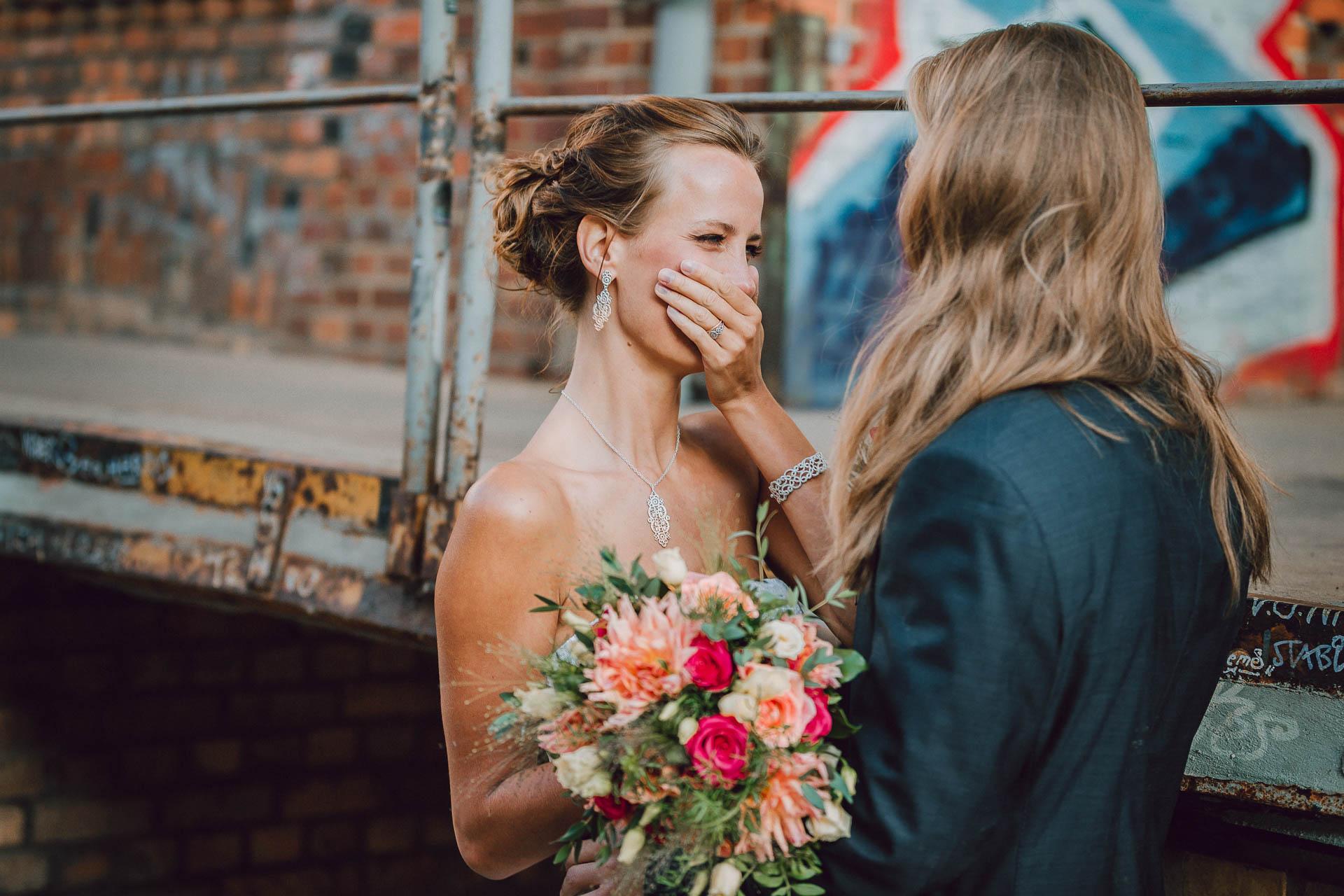 Braut ist vor Freude gerührt