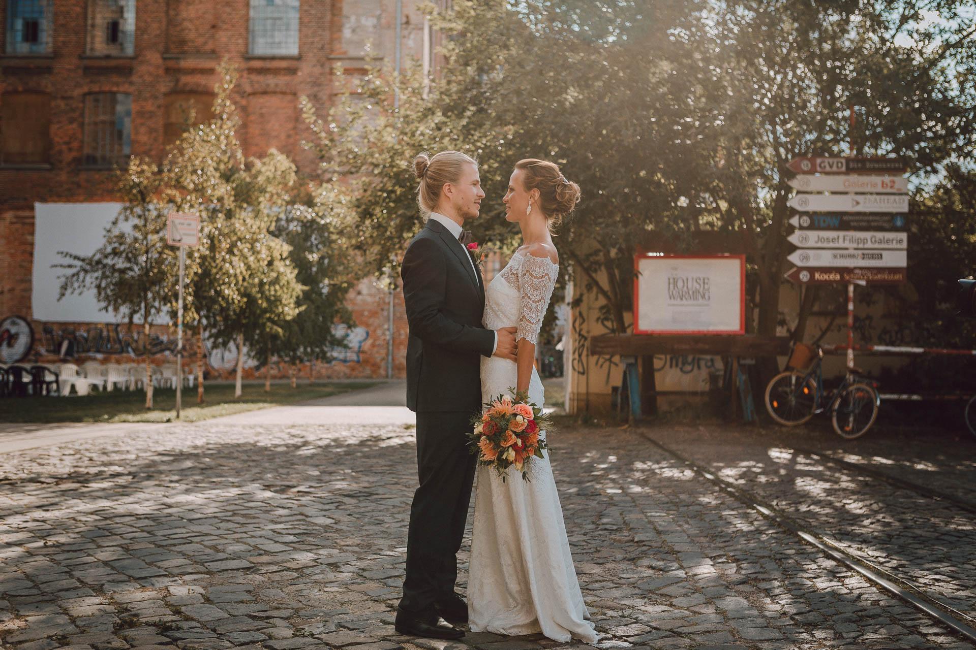 Brautpaar im Shabby Chic Fotoshoot auf Fabrikgelände