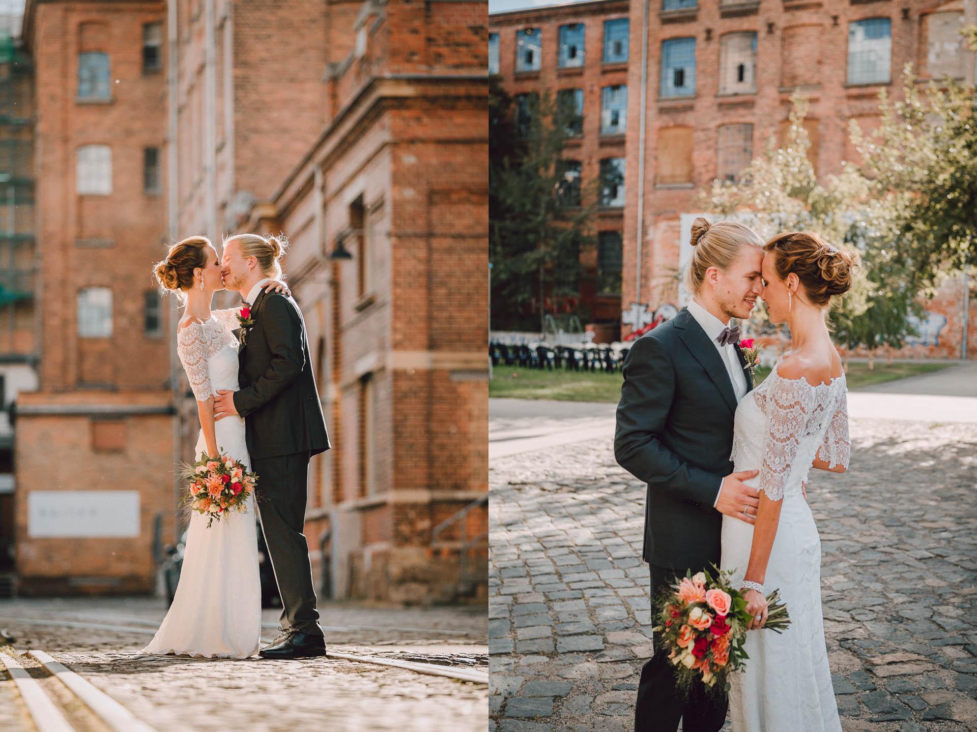 Brautpaar küsst sich auf Shabby Chic Fabrikgelände