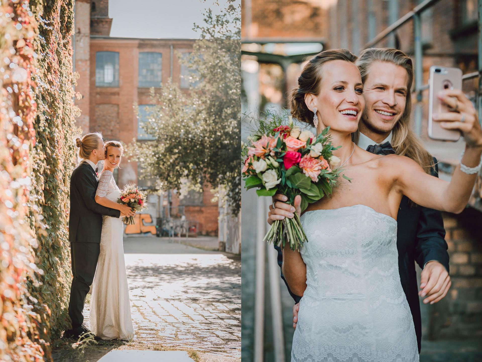 Brautpaar macht Selfie und strahlt