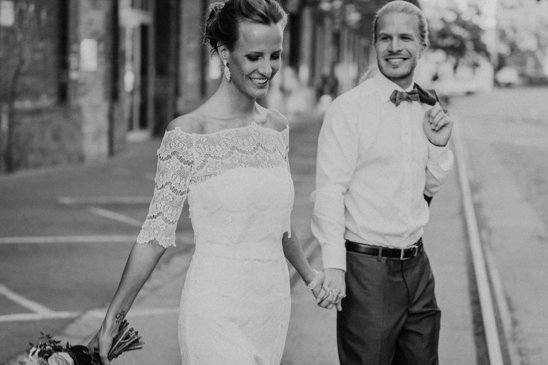 Brautpaar Hand in Hand, er himmelt sie an