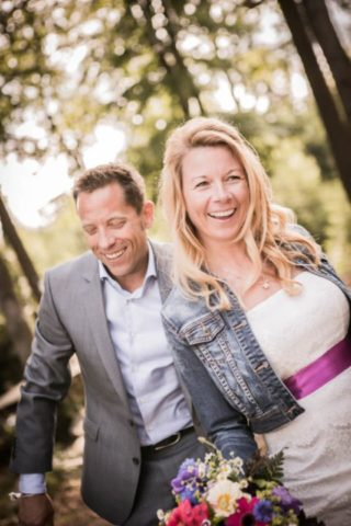Brautkleid Kate mit Seidenband und Jeansjacke