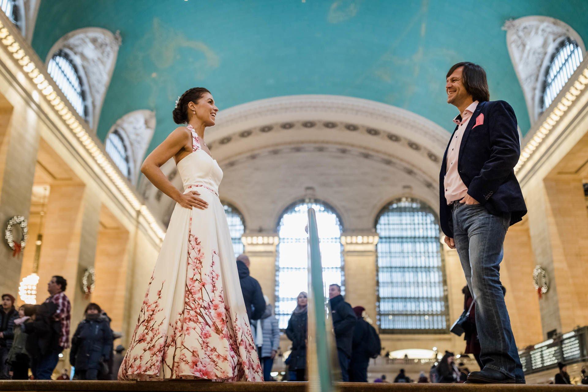 Brautpaar in New York, beide stehen etwas entfernt und strahlen sich an