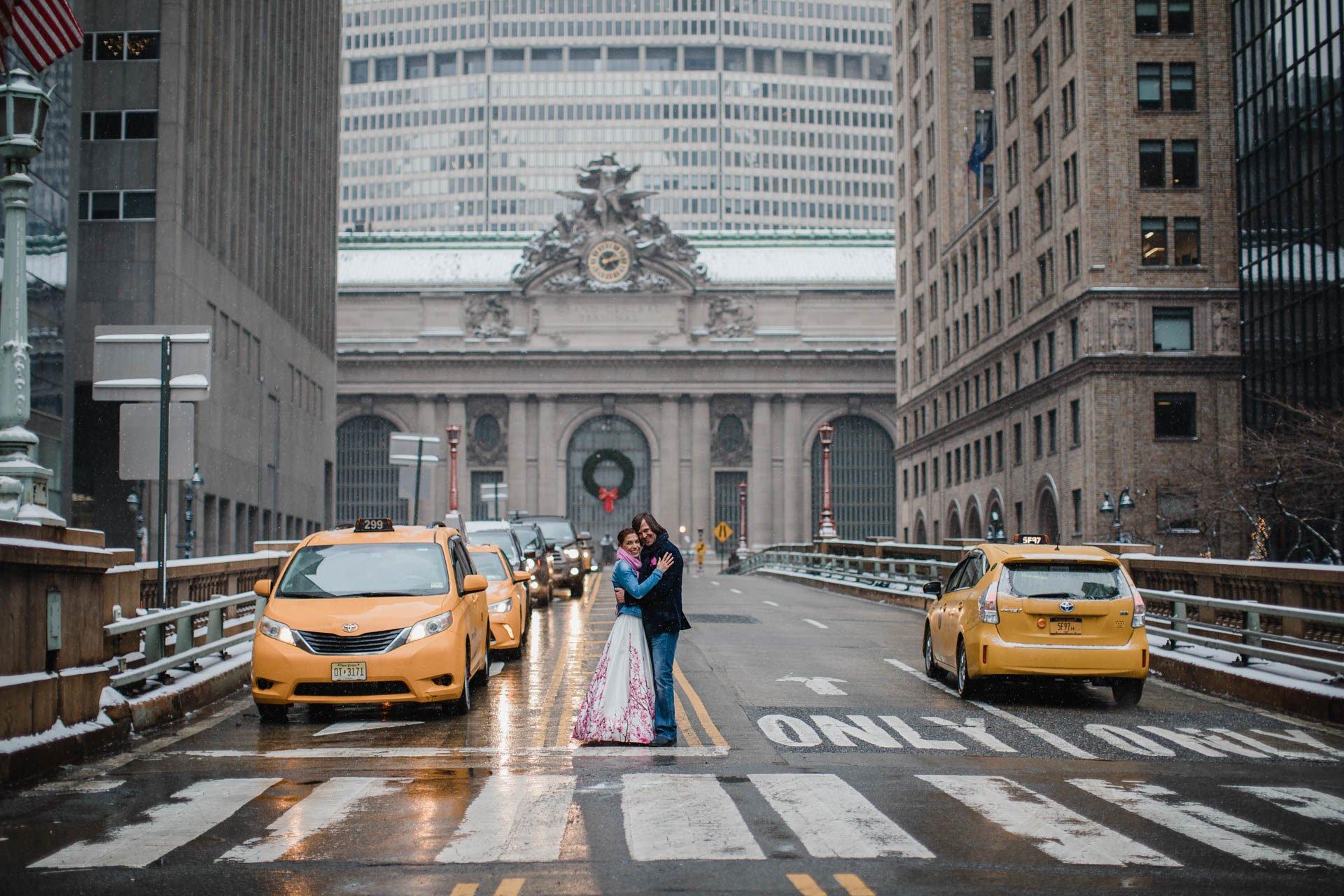 Brautpaar in Ney York zwischen Yellow Carbs
