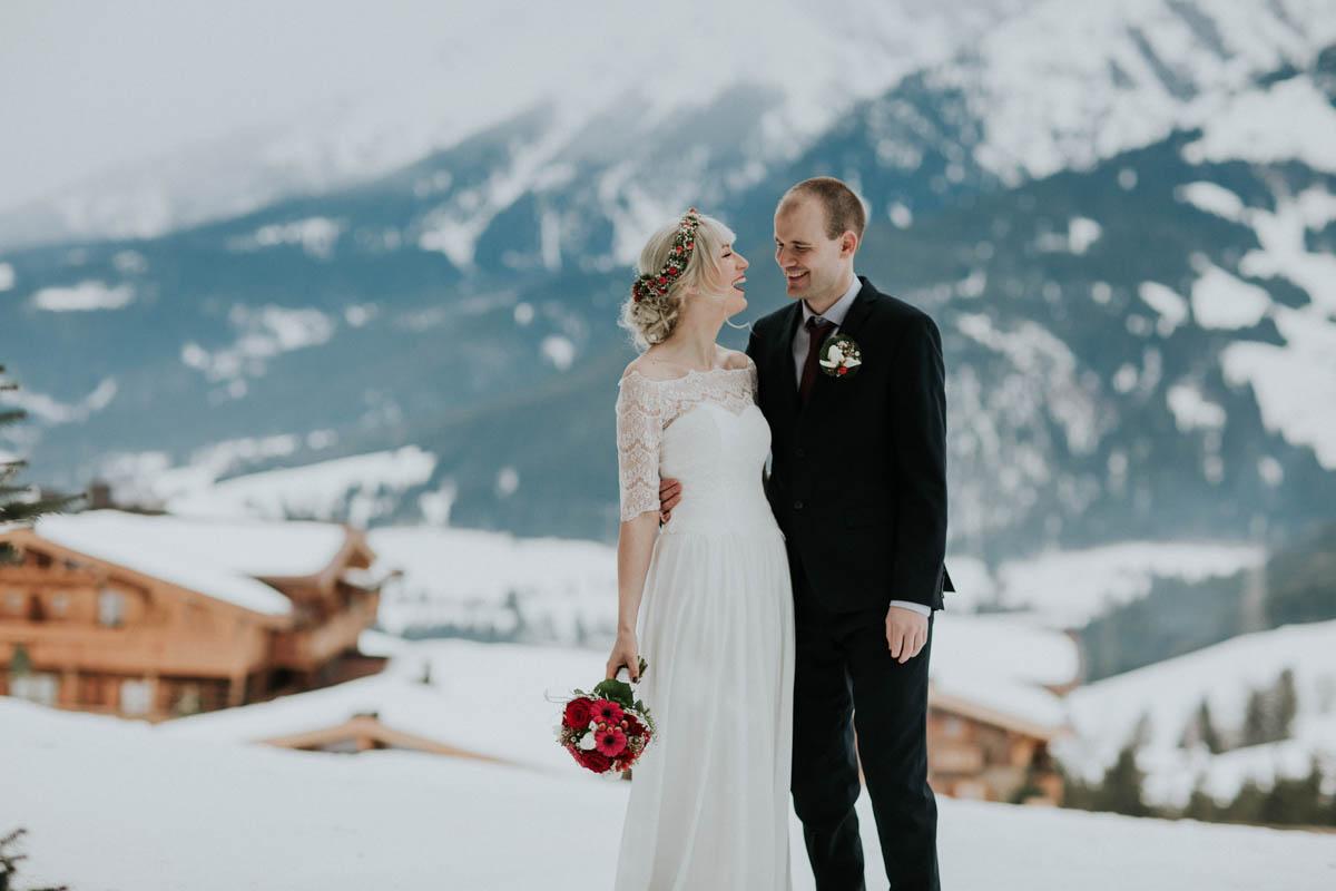 lachendes Brautpaar im Schnee